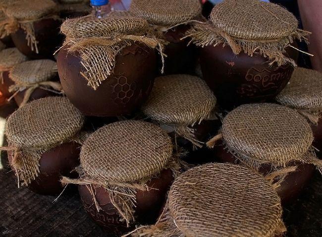Бортевой мед в глиняних горщиках