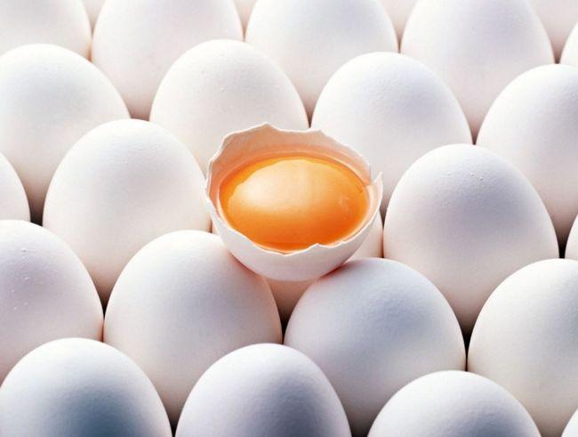 Одне розбите яйце серед цілих