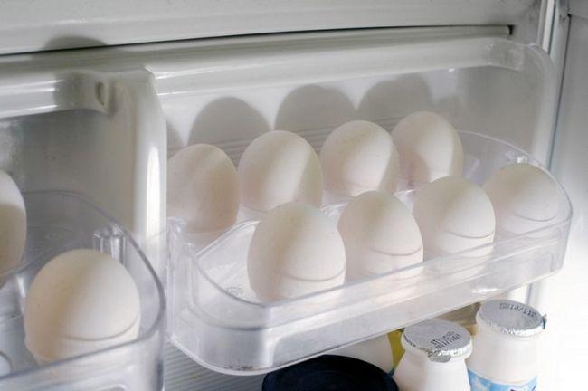 Курячі яйця на дверцятах холодильника