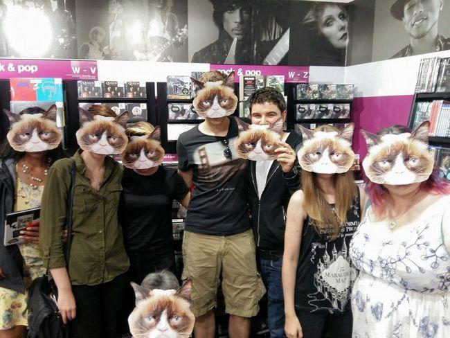 Зі своїм кумиром фанати прийшли зустрітися масках.